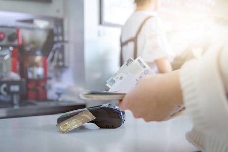 不用 pos机怎么把信用卡的钱刷(转)出来?